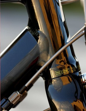 Hourglass head-tube is machined for integrated cartridge bearings,