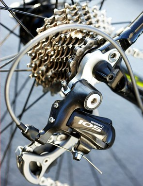 Shimano 105 black short cage rear mech handles shifting with stealthy style