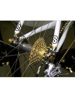 More gold is found out back with the custom-finished cogs, Nokon cable housing, Zipp hub endcaps, and Tune skewers.