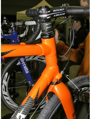 Carbon tubes and lugs are used up front.