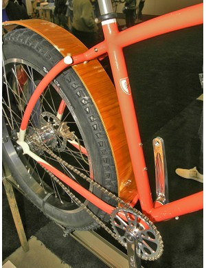 Viewed from the side, the top tube and seat stays form an interrupted arc.