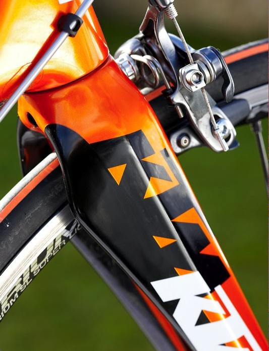 The 360g fork acts not only as a visual counterbalance but keeps things strong and rigid up front when the tough get going, despite its light weight.