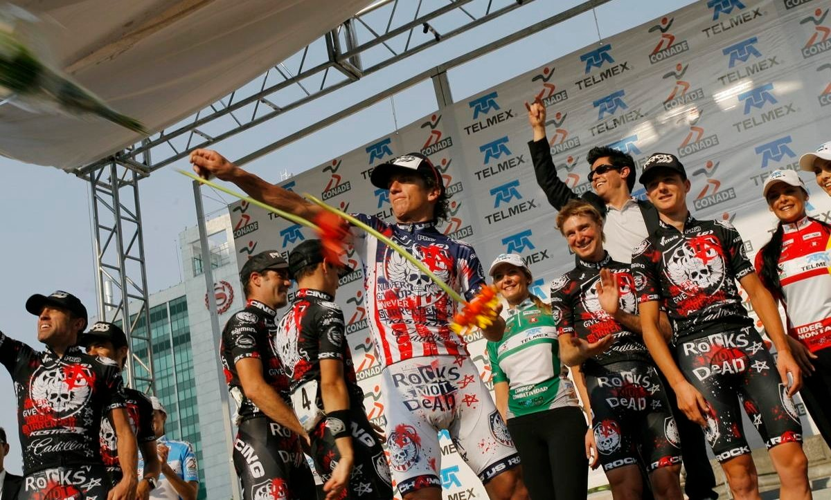 Tyler Hamilton tosses the winner's bouquet as Rock Racing is honoured as the winning team at the Vuelta Mexico Telmex.