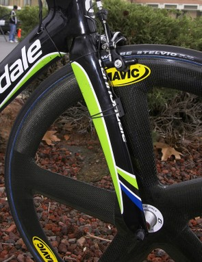 The fork blades on the accompanying Slice Aero fork are nearly as deep as the spokes on the Mavic Io front wheel.