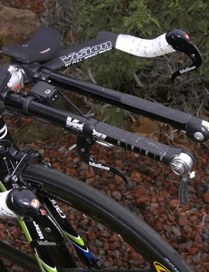 Basso's Vision aero bars are fitted with straight extensions.