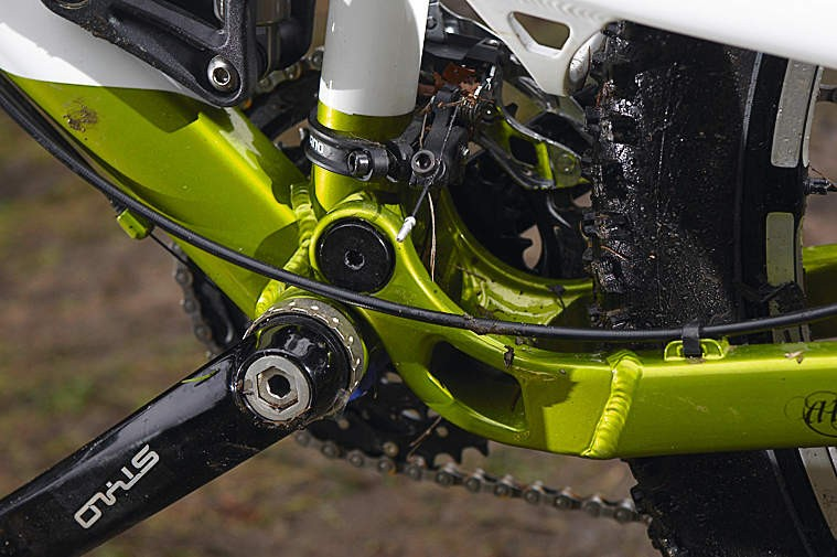 A low main pivot keeps the suspension active