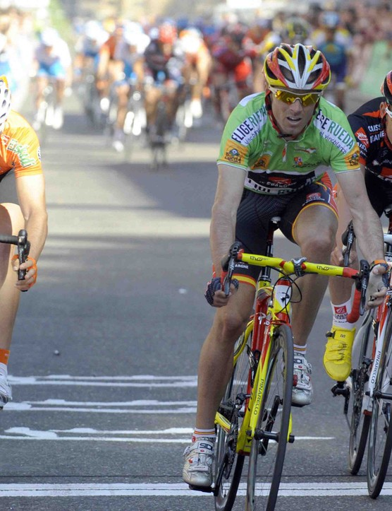 Spain's Alejandro Valverde (C - Caisse d'Epargne) wins the fifth and last 152 km stage of the 2009 Castilla y Leon between Benavente and Valladolid in front of Pablo Urtasun (L - Euskaltel-Euskadi) and teammate Jose Rojas (R).
