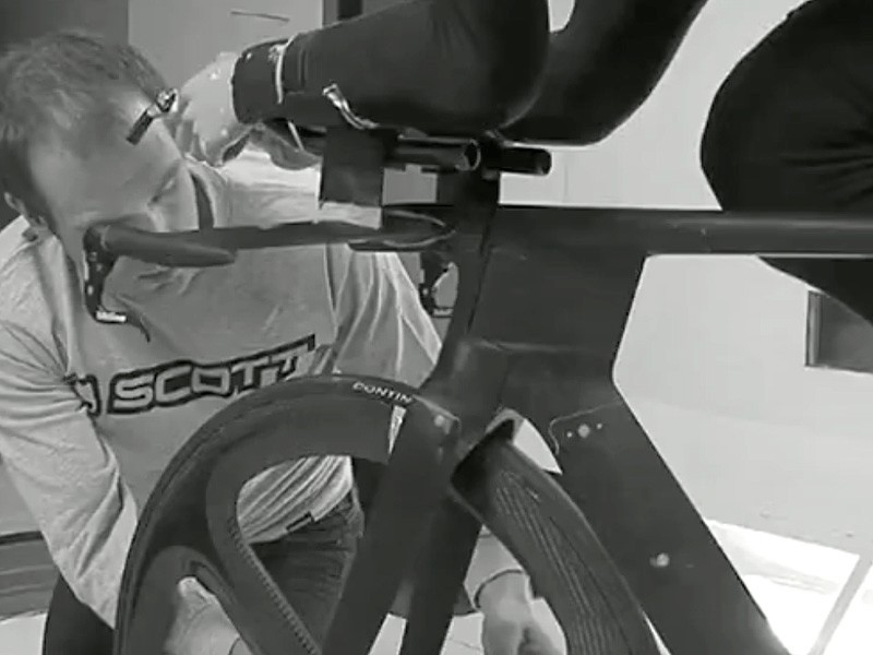 By moving the steerer outside the head tube Scott are able to effectively increase the aspect ratio of the combined structure to more than 3:1 without violating UCI guidelines