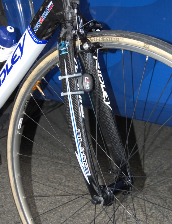 A mid-level road fork with carbon blades and an alloy crown and steerer is used up front