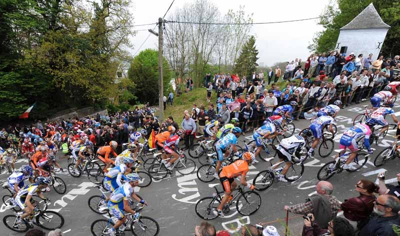 The pack climbs the Mur de Huy