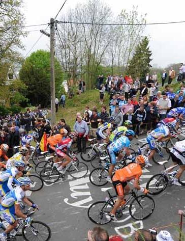 The pack climbs the Mur de Huy