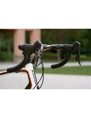 The shallow drop of the FSA CarbonPro 305 compact handlebars were welcome over most terrain.