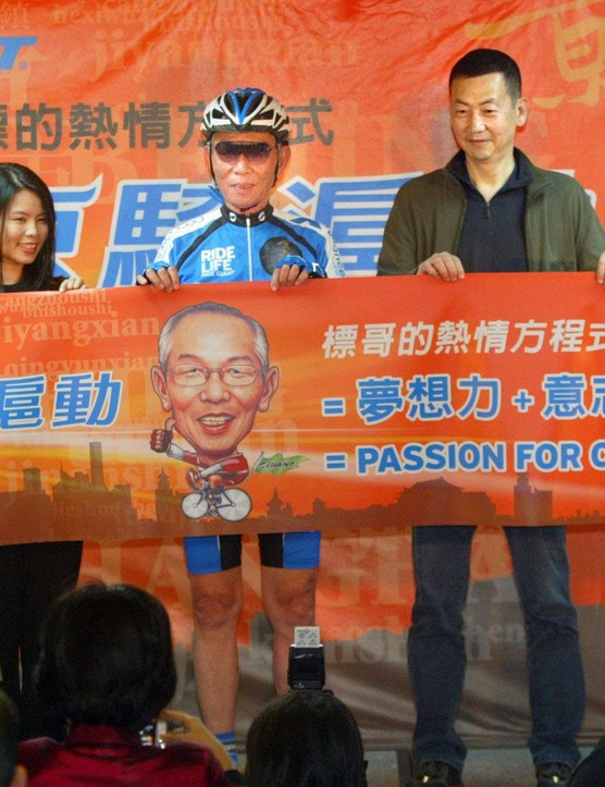 Giant Bicycle Chairman King Liu (center) announcing at a press conference in Taipei that he will ride from Beijing to Shanghai beginning May 9, 2009.