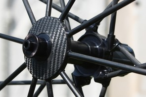 … while the non-driveside spokes are secured within a carbon 'sandwich'