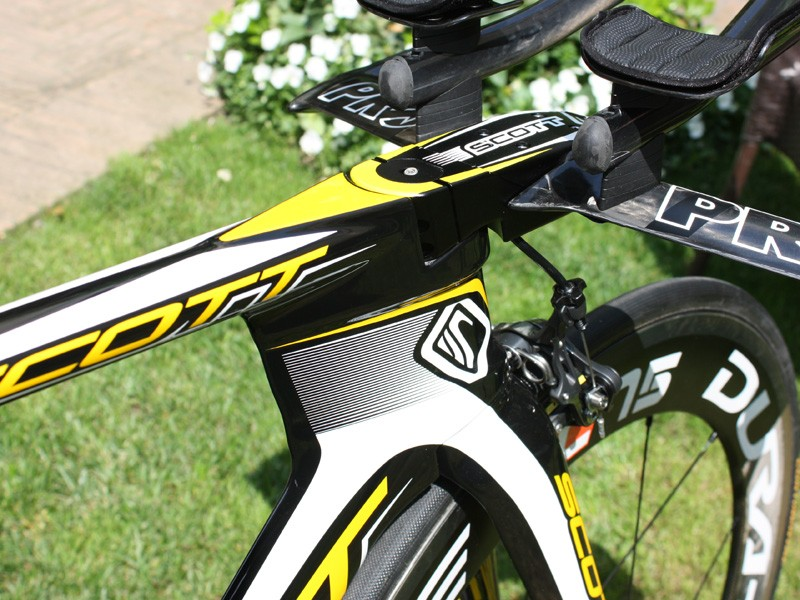 The top tube is now much shallower in height and joins to a nominally hourglass-shaped conventional head tube.