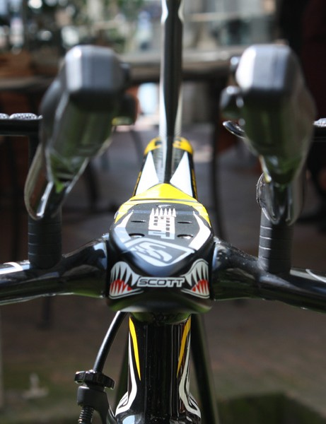 The stem is positioned perfectly inline with the top tube making for better aerodynamics and a lower bar position.