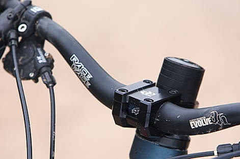 The RaceFace bar and stem combo is a really  nice touch on the Glory 1