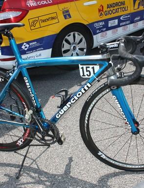 Former Giro d'Italia winner Gilberto Simoni (Serramenti PVC Diquigiovanni-Androni Giocattoli) returns to his home event, this time aboard a Guerciotti.