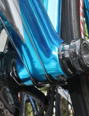 Simoni's Guerciotti differs from those of his teammates with its press-fit cups for the Campagnolo cranks.
