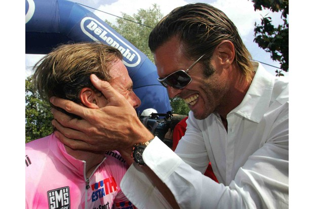 Fellow Italian Danilo Di Luca (L) gets a handful of Mario Cipollini at the 2005 Giro d'Italia.