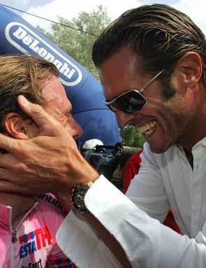 Fellow Italian Danilo Di Luca (L) gets a handful of Mario Cipollini at the 2005 Giro d'Italia.