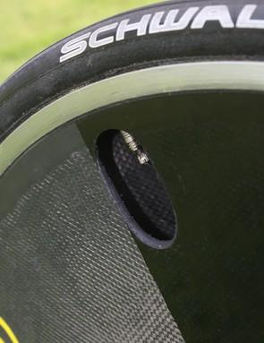 The new Mavic Comete disc uses no foam core between its carbon fibre sheets.