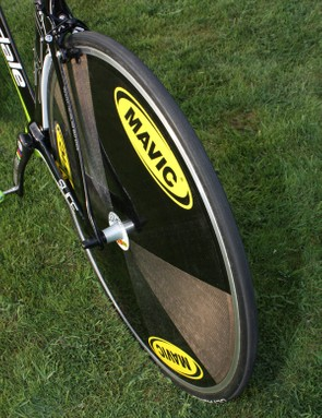 The new Mavic Comete disc uses a lenticular shape on the non-driveside but a flat one on the other.