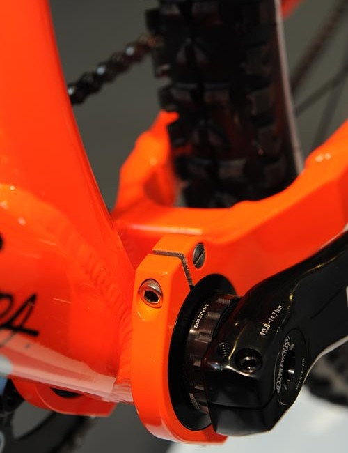 The contact system is updated with an innovative connection around the bottom bracket.