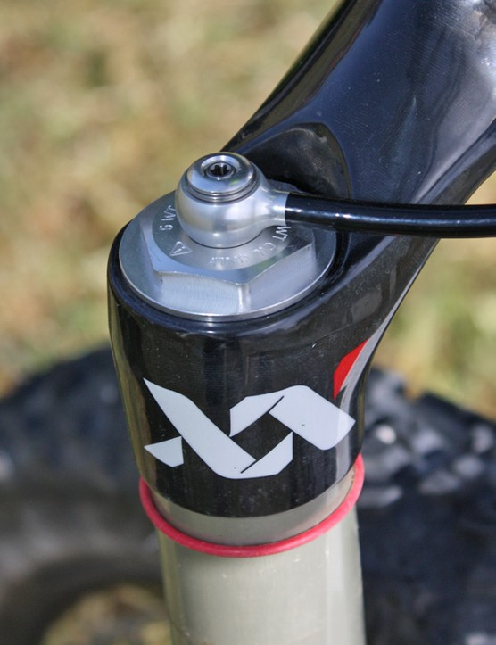 The hydraulic XLoc fitting atop the fork features a freely spinning banjo for cleaner routing