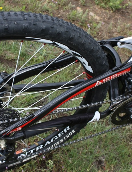 The Top Fuel 9.9 SSL uses carbon fiber seat stays  but aluminum is used for the asymmetrical chain stay assembly.