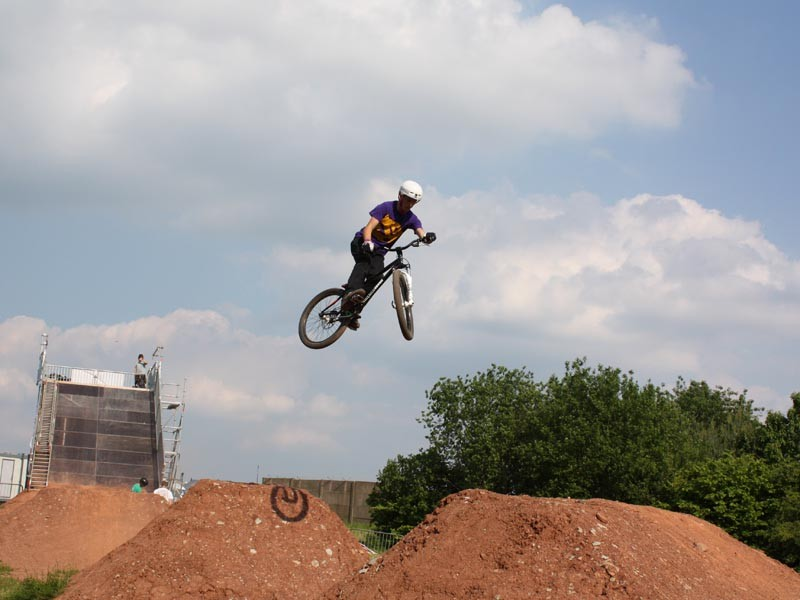 Pro riders hit the dirt jumps at BikeRadar Live