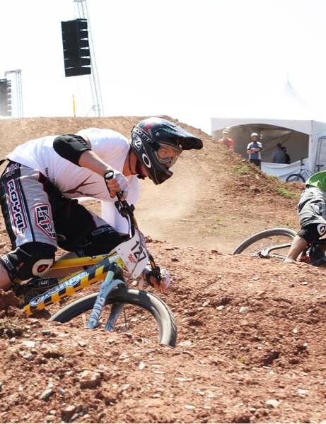 Robbie Johnson (L) and Mike Yard clash in the MBUK Open Eliminator dual slalom at BikeRadar Live