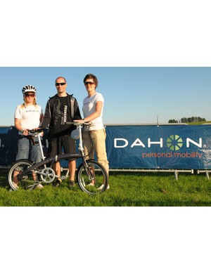 Novice winner Simon Soengard with his prize and the Dahon reps