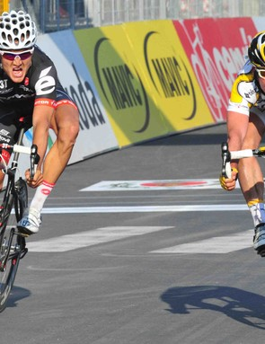 Cavendish (R) nipped Heinrich Haussler to win the 2009 Milan-San Remo in his first try.