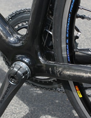 No surprises here: the Fenomalist bottom bracket area is modestly oversized and the seam in the modular monocoque construction is visible just behind the shell