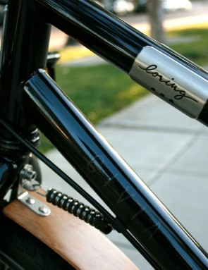 A unique top tube plate; the smart anti fender-floppy band holds the front wheel in place.