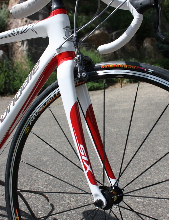 The fork uses carbon fibre legs but a massive alloy crown and steerer tube add up to a whopping 700g