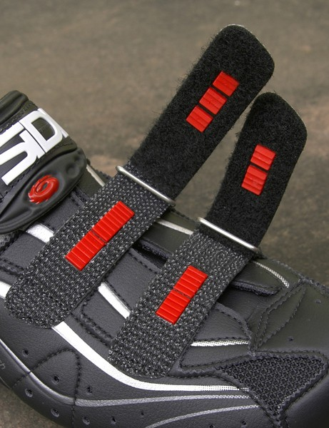 Small toothed inserts in the forefoot straps prevent them from loosening