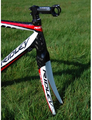 The front end features a tapered steerer tube that flares from 1 1/8