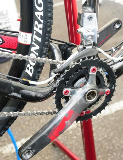 Asymmetrical chain stays save weight and increase rigidity for better wheel tracking.
