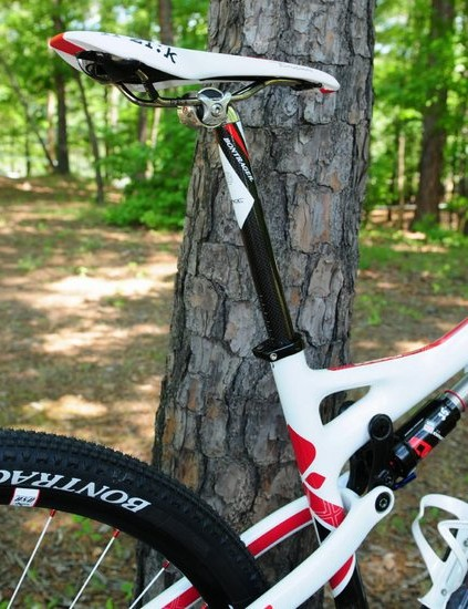 The standard telescoping seatpost looks to be of the 27.2mm variety instead of Gary Fisher's usual 31.6mm size.