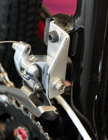 Production bikes will come with a direct-mount front derailleur but team mechanic Matt Opperman has crafted a custom bracket to accommodate the team's two-chainring and road derailleur preference.
