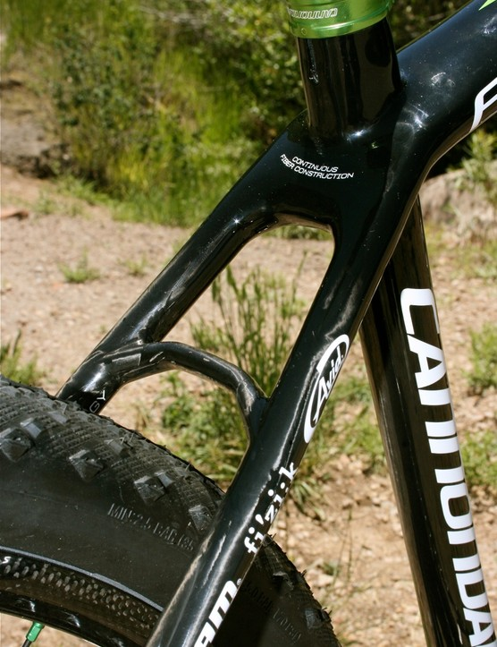 The miniscule rear carbon brake bridge and straight seat stays boost lateral stiffness for improved rear wheel tracking.