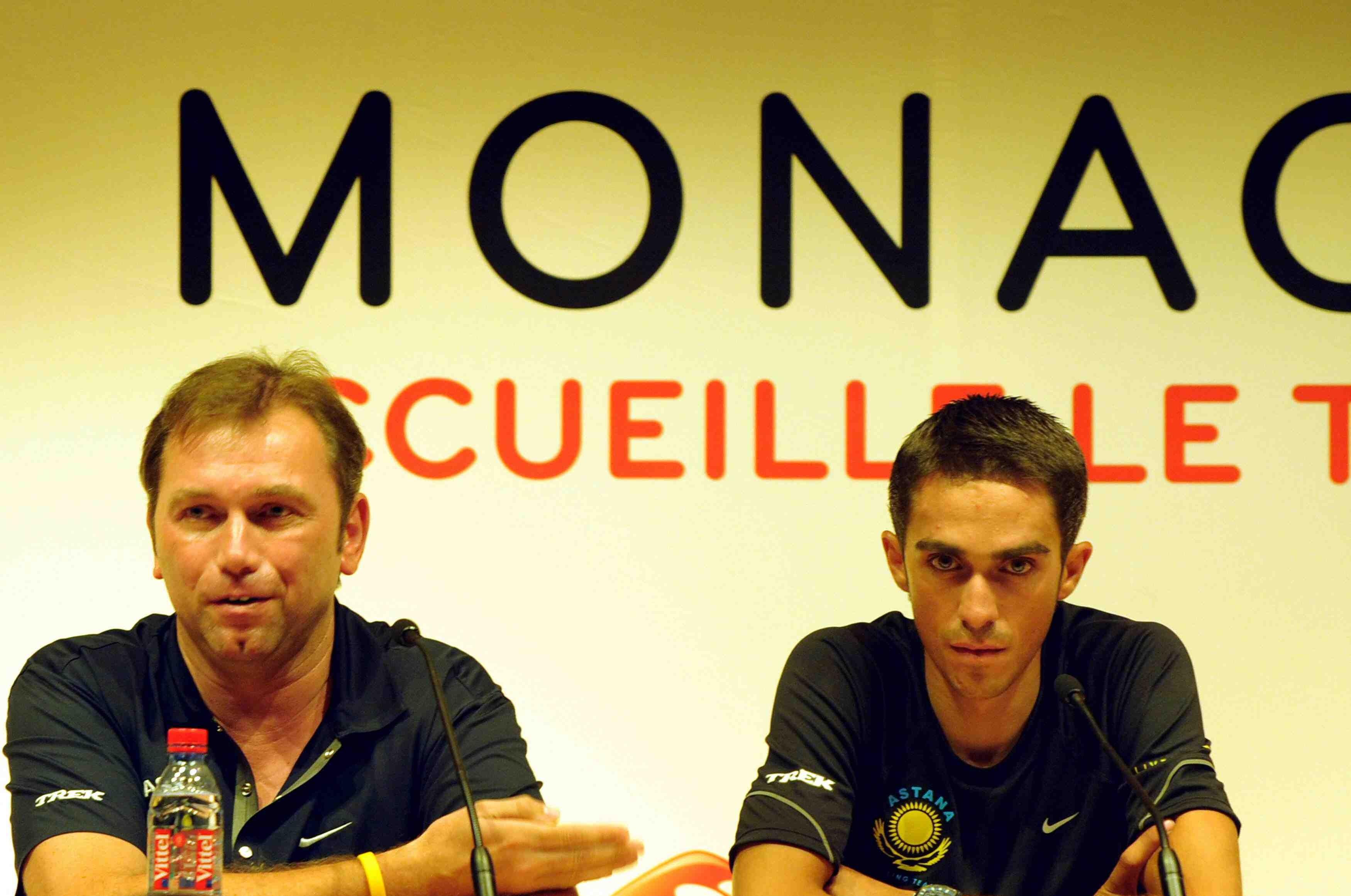 Astana team director Johan Bruyneel (L) explaining that Alberto Contador is the team's Tour leader.