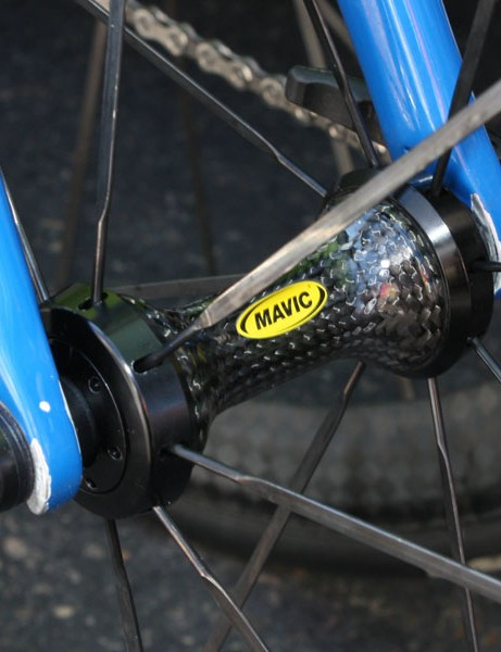 The front hub uses a carbon fiber body and aluminium flanges.
