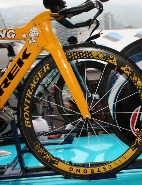 Looks like this front wheel was perhaps borrowed from Armstrong's Madone.