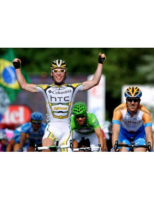 Mark Cavendish beats Tyler Farrar (R) and Thor Hushovd during stage 11.