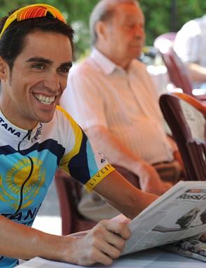 Alberto Contador checks out the Spanish press