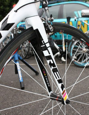 The new 6 Series Madone fork continues to use a tapered steerer tube but the crown area trades the previous generation's cosmetic cap for carbon fiber.