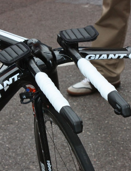 The integrated bars on Giant's new Trinity Advanced SL time trial bike can easily accept extension risers but Rabobank team leader Denis Menchov goes without here.